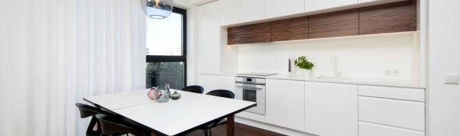 Valge köök pähkli aktsendiga
